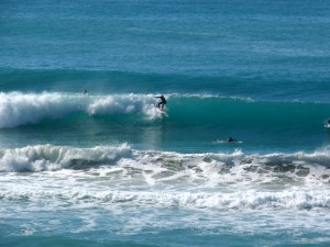 Surferos en Pines Wainui Beach