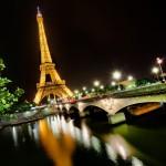 Torre Eiffel dorada de noche
