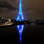 Torre Eiffel reflejada en el rio Sena