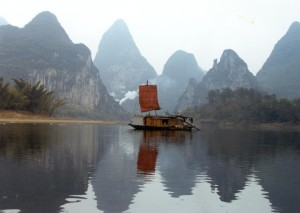 Un barco dirigido a Yangshuo
