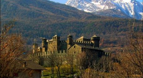 El castillo de Fénis con los Alpes de fondo