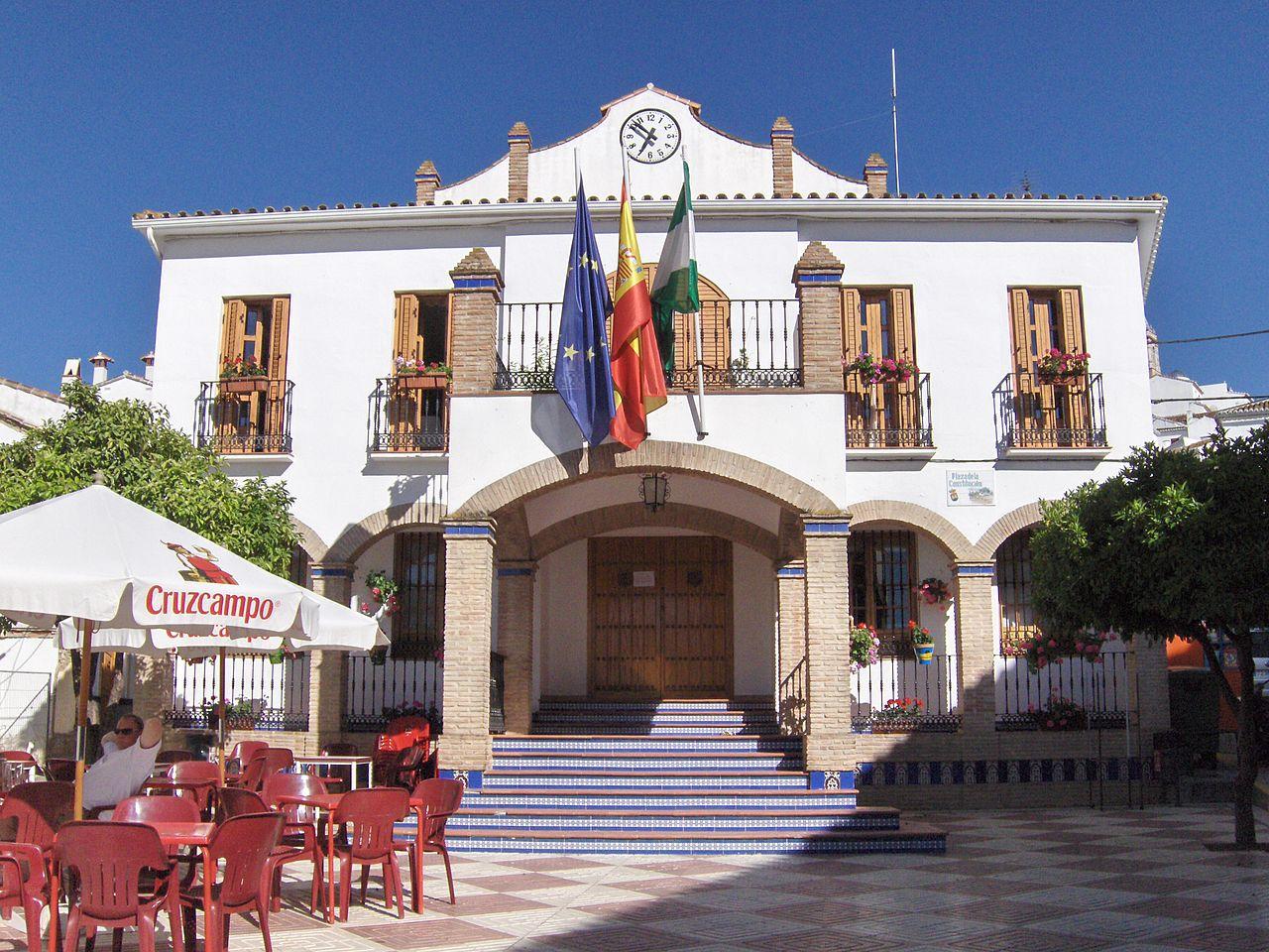 Ole y ole el bar delante del Ayuntamiento de Ardales