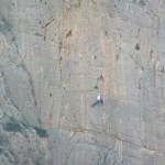 Una persona haciendo escalada