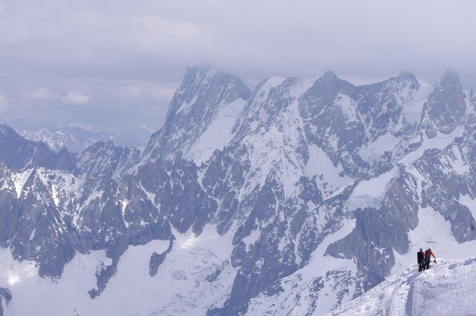 2 escaladores subiendo por un costado