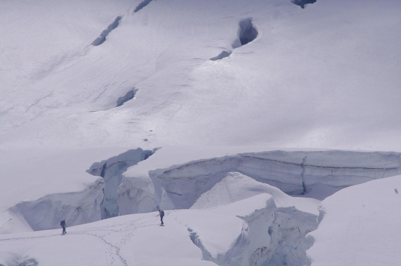 dos escaladores cerca de unas grietas de varios metros de profundidad